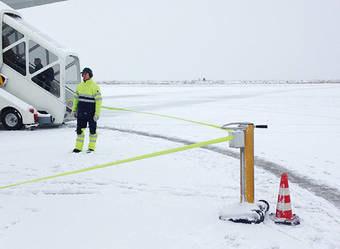 Стойка с вытяжной лентой для ограждения в аэропортах